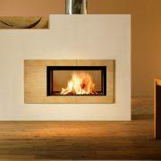 Heizkamin als Raumteiler, das Feuer ist von beiden Seiten sichtbar